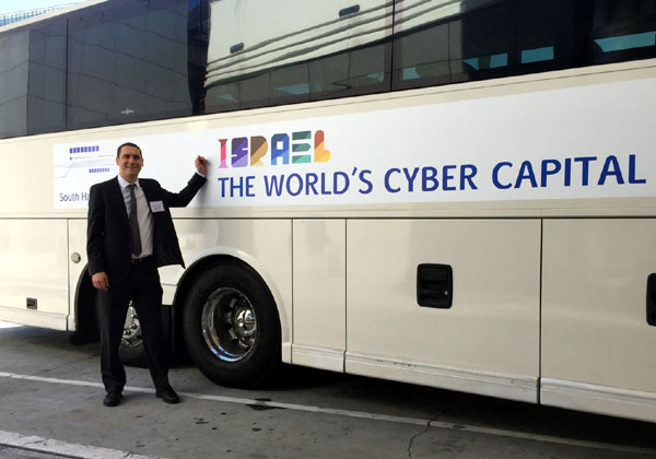 אחיעד אלתר, מנהל מחלקת סייבר במכון היצוא, עומד ליד האוטובוס הישראלי בתערוכת RSA. צילום: פלי הנמר