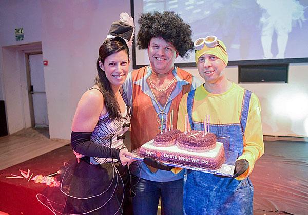 עם העוגה, מימין: רועי רוזנבלום, חיים הלפרן ושני אנקוריון