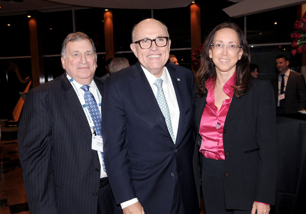 "מימין: עו""ד קרין מאיר רובינשטין; רודולף ג'וליאני; ועו""ד גארי אפשטיין"