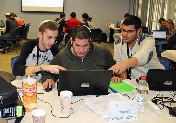 התלמידים שוקדים על הפיתוחים