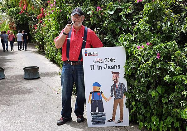 """בעל הבית, ד""""ר ג'ימי שוורצקוף, מארח בביתו רחב הידיים והמדשאות במושב בני ציון"""