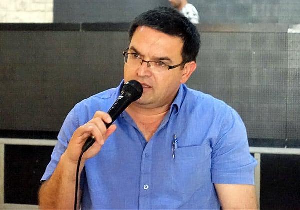 מיכאל ביטון, ראש עיריית ירוחם, בשיחה עם משתתפי הסיור על התפתחות הנגב