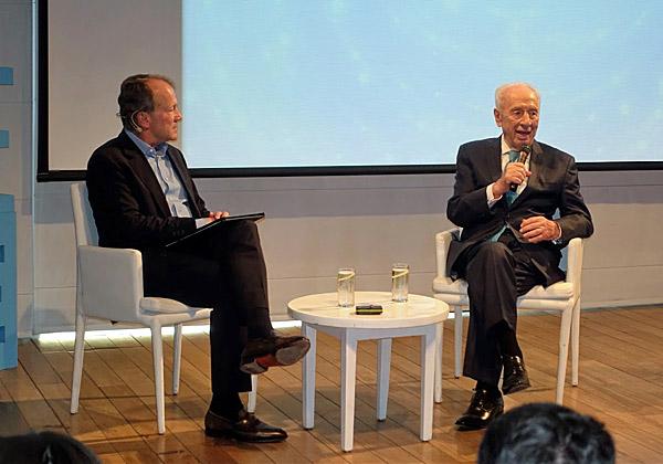 """הנשיא לשעבר, שמעון פרס, משוחח עם יו""""ר סיסקו, ג'ון צ'יימברס. צילום: פלי הנמר"""