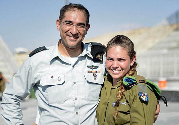 """האב והבת הנרגשים: קצין קשר ותקשוב ראשי, תא""""ל נתי כהן, והקצינה החדשה בחיל, סג""""מ רותם כהן"""