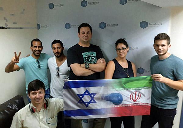צוות המובייל של CodeOasis בחדר הבריחה בהרצליה עם דגלי ישראל ואיראן
