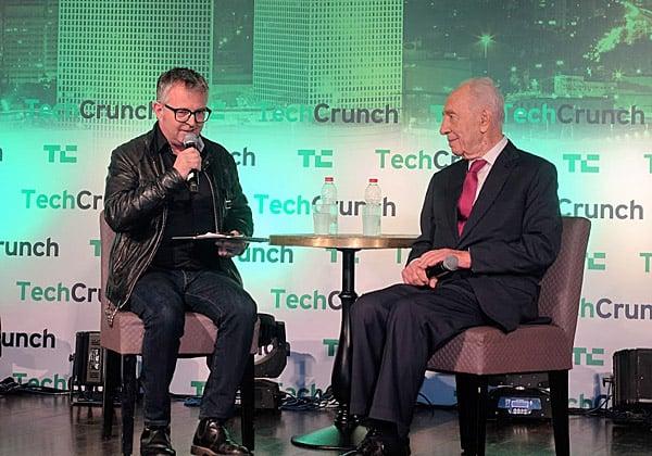 הנשיא לשעבר, שמעון פרס, בשיחה עם מייק בוצ'ר, עורך בכיר ב-TechCrunch