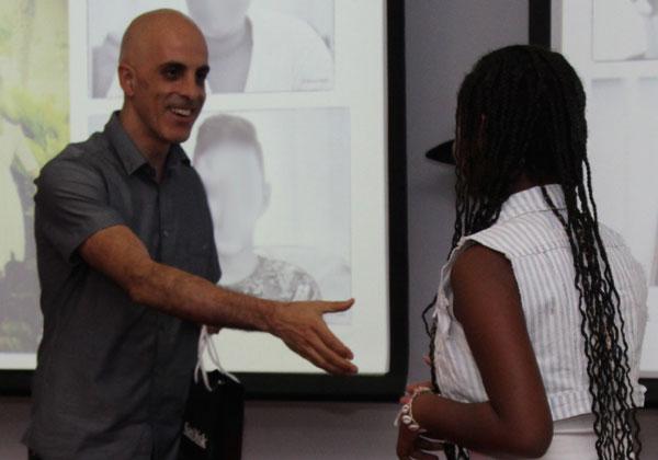 """שחר בר- אור, מנכ""""ל סאנדיסק ישראל, מעניק מתנה לאחת מהנערות מבית הנוער. צילום: יח""""צ"""