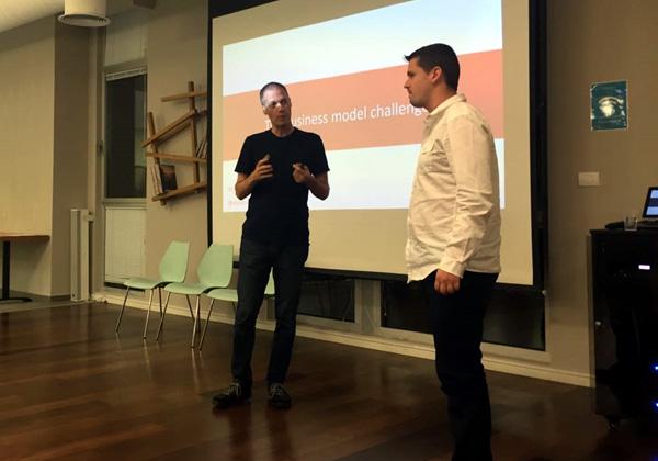 איתן כץ, ראש חממת היזמות של HPE, מדגים את עולם המודלים לחדשנות עסקית עם אחד ממשתתפי המפגש