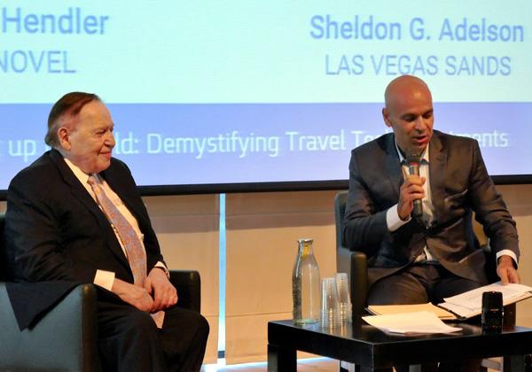 """על הבמה: מימין - רון הנדלר, עד לאחרונה משנה בכיר למנכ""""ל Las Vegas Sands, ושלדון אדלסון, בעל השליטה בחברה"""