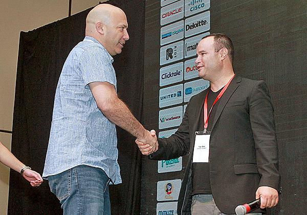 """ארז באום, מנכ""""ל Imperson (משמאל), מקבל את הפרס. צילום: ניב קנטור"""