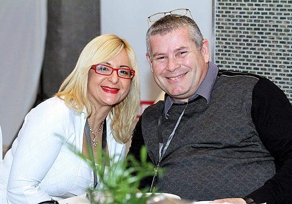 """גילי שלזינגר-מורן, סמנכ""""לית השיווק של קבוצת One1 ומנהלת יחידת החדשנות הדיגיטלית One1Start, עם מולי צפריר, מנמ""""ר אוניברסיטת חיפה. צילום: ניב קנטור"""