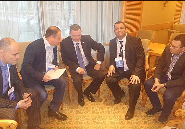 """פגישת יו""""ר הכנסת, יולי אדלשטיין (במרכז), עם הנציגים הישראלים והאוקראינים. שני מימין: ד""""ר איתן לסרי, מנכ""""ל אתגר פתרונות אסטרטגיים ויזמות"""