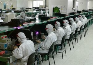 עובדים במפעל של פוקסקון בסין. צילום: זולו, מתוך ויקיפדיה