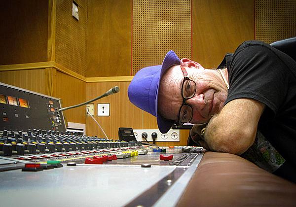 דורי בן זאב באולפן קול ישראל בתל אביב. צילום: מתוך ויקיפדיה