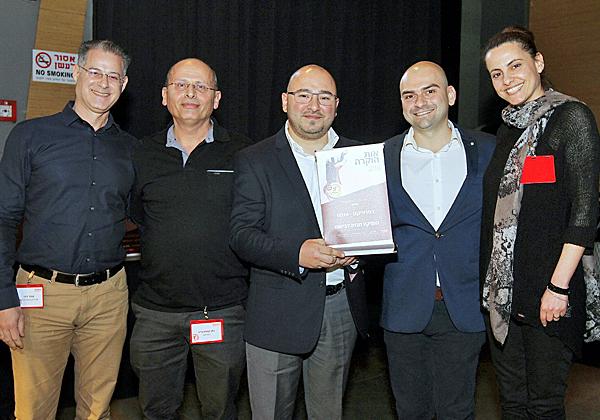 מימין: אורה ארד, מנהלת הפרויקט הזוכה בפניקס; מיכאל שוורצמן, RSA; בוריס איליאייב, מנהל אבטחת מידע וסיכוני IT בפניקס; נתן קסטנברג, תכניתן ראשי בחברה; ועופר גיגי, פרולינק
