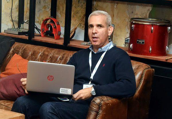 """הראל יפהר, מנכ""""ל AWS ישראל, מארח, נפגש ועובד גם הוא ב-AWS Pop-up Loft"""