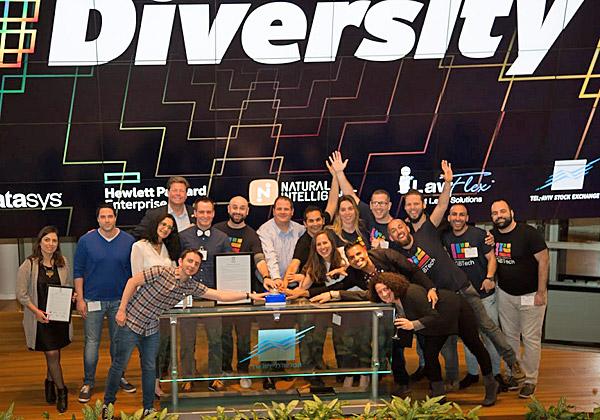 אנשי LGBTech ונציגי החברות עם התקן, לוחצים על הכפתור המפורסם בבורסה. צילום: יונתן אידו