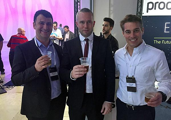 """מימין: מיקי איטין, משנה למנכ""""ל פרודוור ישראל; דיויד בראון, מוביל Dynamics באזור EMEA במיקרוסופט; ויוסי חיימוב, מנכ""""ל פרודוור ישראל. צילום: יח""""צ"""