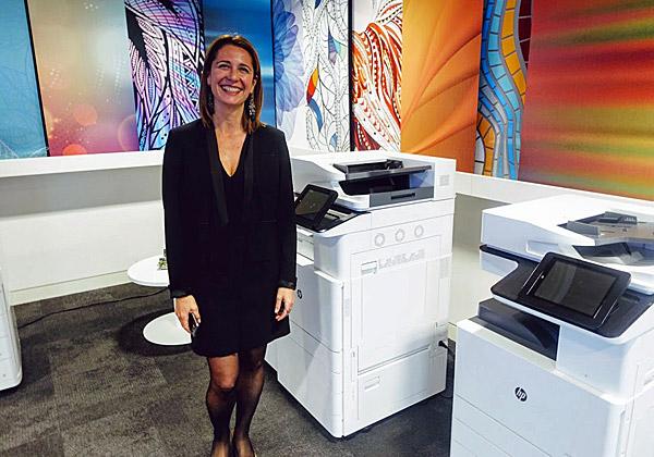 ואנסה ריבירו, מנהלת שיווק המדפסות של HP לאזור EMEA, עם שניים מדגמי ה-A3 החדשים. צילום: פלי הנמר