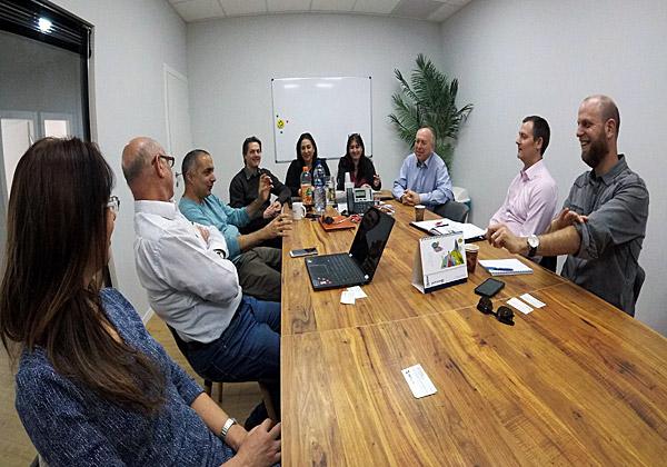 """מימין: ערן ויזל, סגן נשיא פיננסי ב-ironSource; מרטין פארגמן, מנהל הערוצים בנטסוויט ב-EMEA; מרטין פיינטר, מנהל המכירות של נטסוויט ב-EMEA; ג'ני חלץ, סמנכ""""לית פיתוח עסקי וראשת תחום ERP; הילה כהן, סמנכ""""לית תפעול וראשת תחום ERP, איל גרייפנר ואמיר עומרי, מנכ""""לים משותפים בנטקלאוד; אבי קולרן, מנכ""""ל סטרימוור; ודליה דינאי, חשבת ב-Samange. צילום: יח""""צ"""