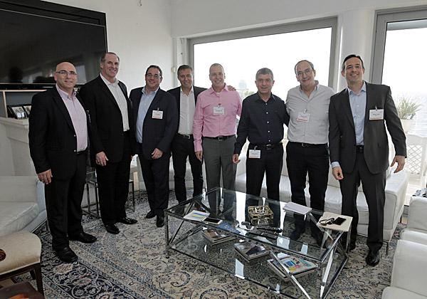 """מימין: פיטר ליב, נשיא ומנכ""""ל BMC; אליעזר (לייזי) אורן, נשיא וסגן יו""""ר מטריקס; פוני ארביב, מנהל חטיבת מוצרי התוכנה של מטריקס; יגאל שחק, מנהל אגף BMC בחטיבת מוצרי התוכנה של מטריקס; יורם אלול, מנהל פעילות BMC בישראל; ובכירי BMC העולמית. צילום: רן ברגמן"""
