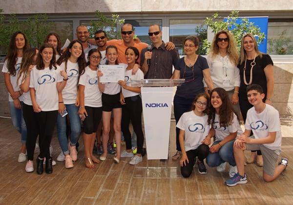 """תלמידי הצוות הזוכה בתחרות, עם אריק טל, מנכ""""ל נוקיה ישראל ואגן הים התיכון, ואנשי נוקיה ישראל שליוו את האירוע. צילום: יח""""צ נוקיה"""