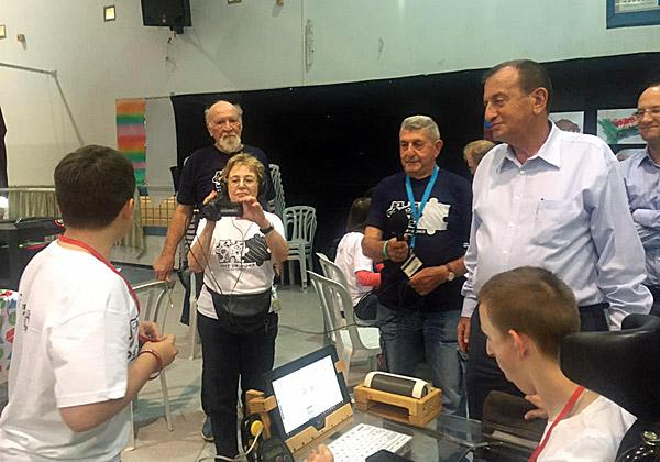 ראש עיריית תל אביב יפו, רון חולדאי, מבקר בהאקתון בבית הספר און. צילום: דוברות עיריית תל אביב יפו