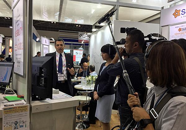 """עידו ליפשיץ, סמנכ""""ל מכירות ב-CGS, מציג את פתרונות החברה בפני צוות ערוץ Tokyo TV. צילום: יח""""צ"""