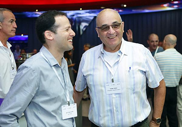 מימין: יהודה אופיר, מנהל חטיבת המשילות ברשות התקשוב הממשלתי; וארנון שרירא, מנהל פעילות מטריקס קונסלטינג. צילום: דרור סיתהכל