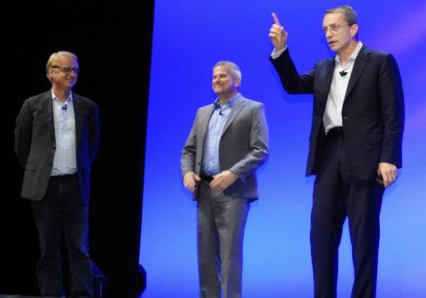 """מימין: פט גלזינגר, מנכ""""ל VMware העולמית, מזמין את אלון ימפל, סמנכ""""ל וראש GiTechnologies באמדוקס, ודייויד קני, סמנכ""""ל ביבמ לתחום ווטסון ופלטפורמת הענן. צילום: פלי הנמר"""
