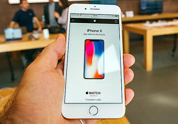עולה עולה, למרות ההאטה בשוק הסמארטפונים. iPhone X. צילום: האדריאן, BigStock