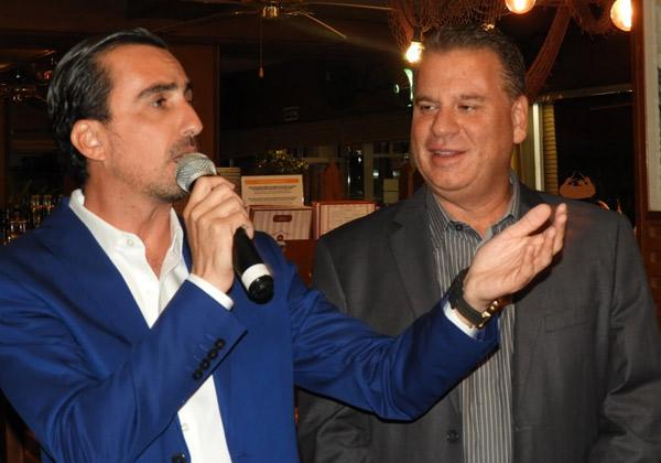 משמאל: אלי שקד, מנהל VMware ישראל, מסביר לחברי המשלחת הענקית מישראל. לצידו שמוליק ענתבי, מנהל אזור ישראל, טורקיה, יון, קפריסין ומלטה. צילום: פלי הנמר