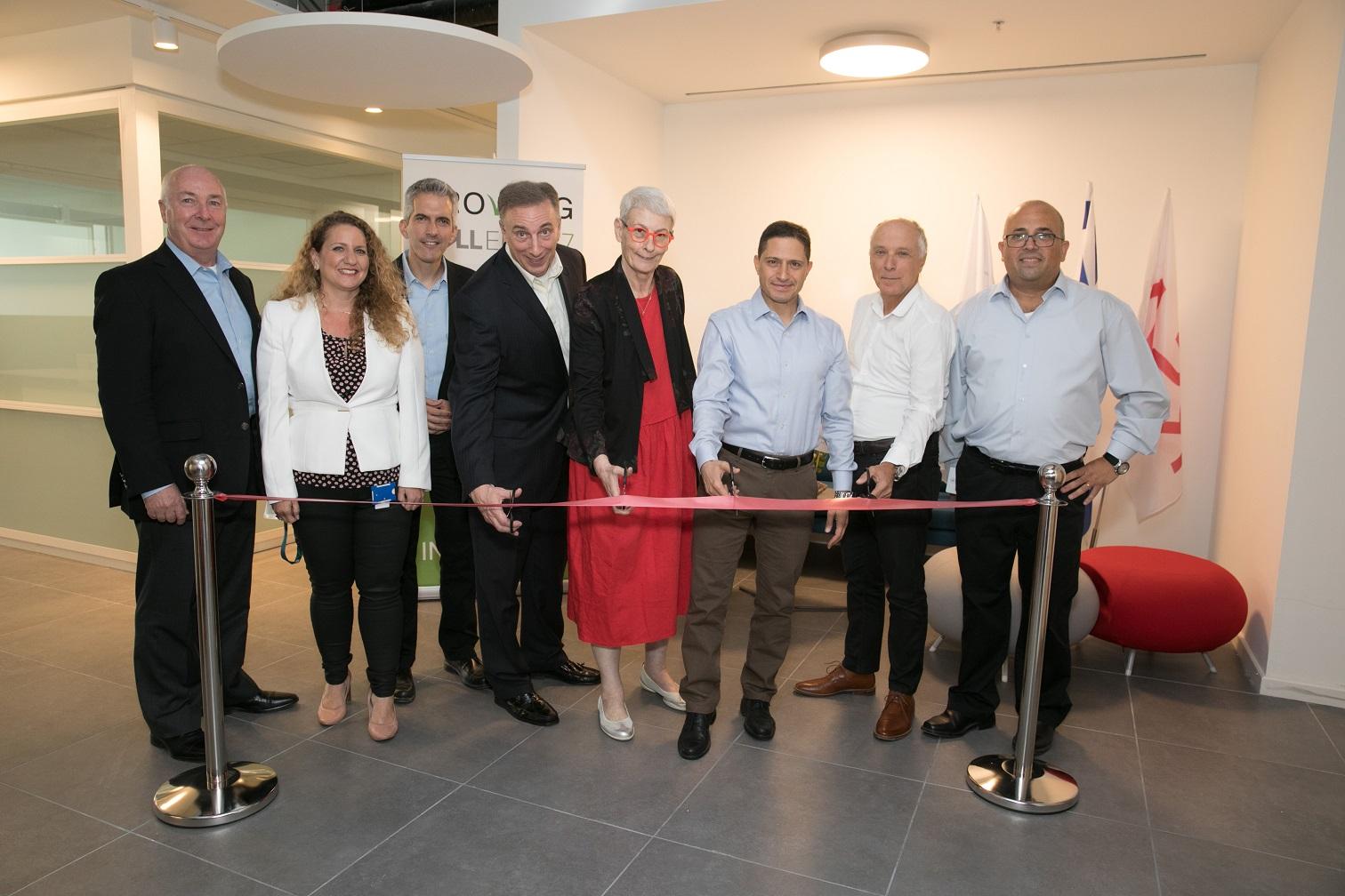 """גוזרים את הסרט: מימין - שלומי ליברמן, סמנכ""""ל התפעול של מרכז המצוינות של Dell-EMC בבאר שבע; אבי יעקובוביץ', מנכ""""ל גב ים; רוביק דנילוביץ', ראש עיריית באר שבע; ד""""ר ארנה ברי, סגנית נשיא ומנכ""""לית מרכז המצוינות של Dell-EMC בישראל; פרנק הוק, נשיא חטיבת לקוחות ושווקים ב-Dell-EMC; ד""""ר יניב הראל, מנהל קבוצת הסייבר של החברה; מאיה הופמן-לוי, מנכ""""לית מרכז הפיתוח בבאר שבע; וליאם קווין, מנהל טכנולוגיות ראשי וסגן נשיא בכיר ב-דל. צילןם: דייגו מיטלברג"""