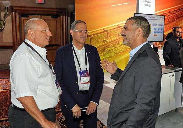 אלי משה עם לקוחות בכירים מישראל: משמאל: דורון אפרתי מטבע ואמנון בק מהבנק הבינלאומי. צילום: פלי הנמר