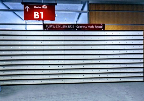 הקיר לאחר שהשיא נקבע, כשהוא כבר ריק מטבלטים, וכולם נקנו במהירות על ידי מבקרים זריזים שנצלו ההנחה הגבוהה, של יותר מ-50%. צילום: פלי הנמר