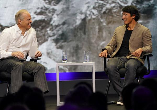"""משמאל: מייק גרגואר, מנכ""""ל CA Technologies, עם ג'ימי צ'יו, מטפס הרים, גולש סקי ויוצר סרטים. צילום: יח""""צ"""
