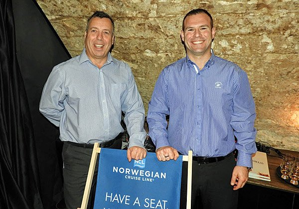 מימין: אייל סולומון, נציג NCL בישראל, וניק ווילקינסון, סגן נשיא החברה. צילום: פלי הנמר
