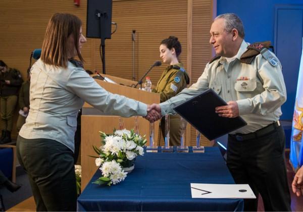 """הרמטכ''ל, רב אלוף גדי איזנקוט, מעניק את הפרס לאל''מ טליה גזית, מפקדת ממר''ם. צילום: דובר צה""""ל"""
