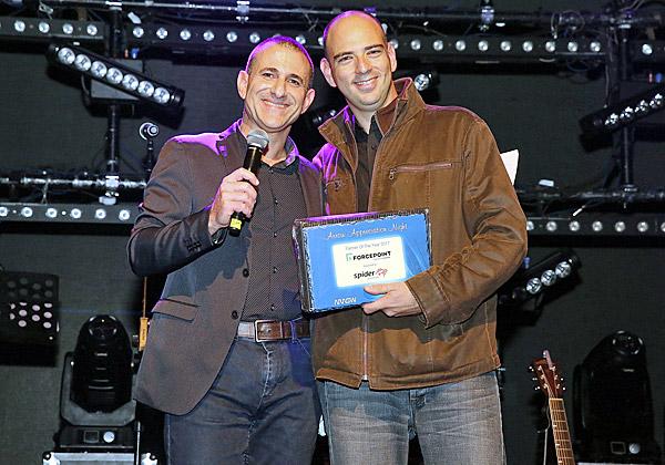 """Forcepoint. מימין: ניצן כהן, מנהל פעילות Forcepoint ישראל; ואילן יהושע, מנכ""""ל Arrow ECS ישראל. צילום: ניב קנטור"""