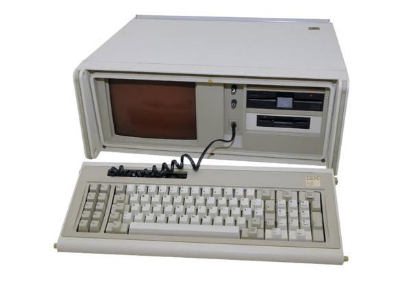 ה-IBM Portable Personal Computer. צילום: הוברט ברבריך, מתוך ויקיפדיה