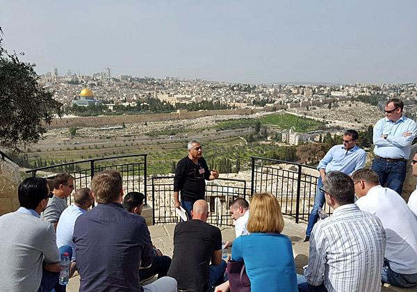 בכירי VMware צופים אל עבר ירושלים. צילום: אפרת בן הרוש