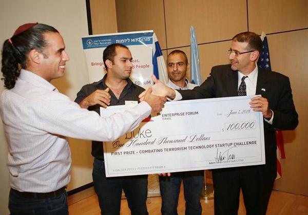 דן שפירו, שגריר ארצות הברית בישראל, וצוות DUKE - הסטארט-אפ הזוכה בתחרות האחרונה שהתקיימה ב-2016. צילום: יוני רייף (עבור פורום MIT)