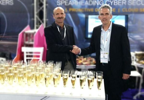 """מימין לשמאל: יניב הראל, מנכ""""ל קבוצת פתרונות הסייבר, Dell EMC, וגלי מיכאלי, סמנכ""""ל HLS & Cyber ב-TSG. צילום: שרי משאפי"""