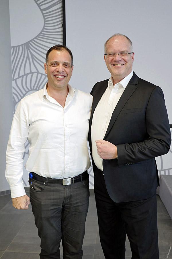 גדי רחלזון, מנהל תחום SME בסאפ ישראל (משמאל) וריינר זיניו, סגן נשיא בכיר בסאפ ומנהל מוצר SAP Business by Design. צילום: אורן אגמי