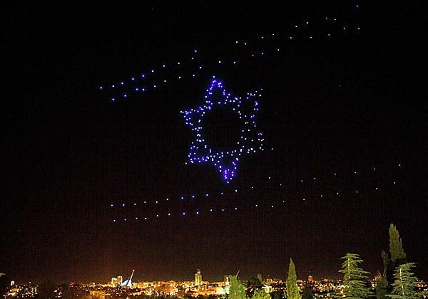 דגל ישראל מוצג באמצעות רחפני אינטל על רקע אורות ירושלים. צילום: אינטל