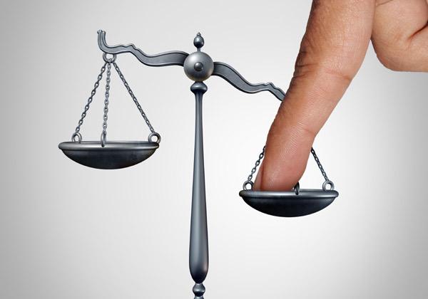 לטובת מי יטה בית המשפט את מאזניו? אילוסטרציה: digitalista/BigStock
