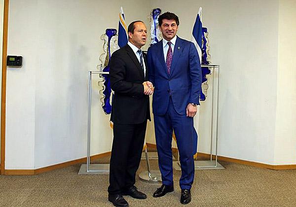 מימין: ראש עיריית טביליסי, קאחה קאלדזה, וראש עיריית ירושלים, ניר ברקת. צילום: שגרירות גיאורגיה בישראל