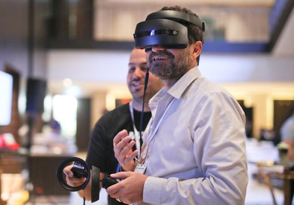 זאב כנפו, CTO משרד המשפטים מתנסה במשקפי VR. צילום: ארז עוזיר