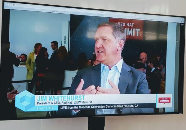 """ג'ים וייטהרסט, מנכ""""ל רד-האט זה 12 שנים, מתראיין מהאולפן השקוף בכניסה לאולם המליאה של הכנס. צילום: פלי הנמר"""