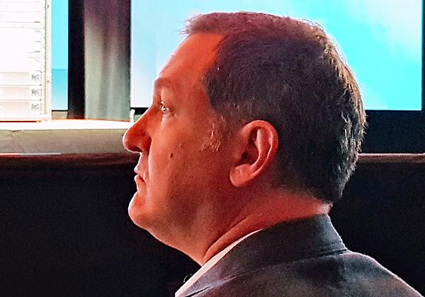 וייטהרסט קשוב לדוברים במליאת הפתיחה של הכנס. צילום: פלי הנמר